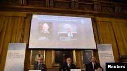 10일 스웨덴 왕립과학원 노벨위원회의 경제학상 수상자 발표 현장. 배경 화면 왼쪽이 올리버 하트 하버드대 교수, 오른쪽은 방트 홈스트롬 메사추세츠 공과대학(MIT) 교수.
