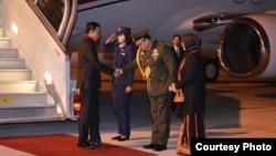 Presiden RI Joko Widodo (kiri) saat tiba di Paris, Perancis hari Minggu 29/11 (foto courtesy: Biro Pers Sekretariat Presiden).