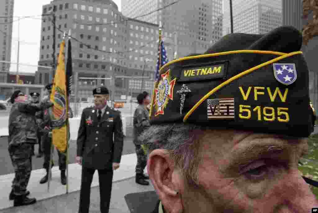 Jimmy Bacolo, desno, iz Staten Islanda, N.Y., pripadnik ogranka 5195 Udruge veterana inozemnih ratova, u Red Hooku. Brooklyn, N.Y., prisustvuje komemoraciji kod spomenika žrtvama terorističkih napada od 11. septembra 2001., u New Yorku. (AP)