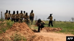 Des combattants de la brigade Liwa de Maher Rahhal s'entraînent dans le nord-est de Deir Ezzor, 25 mars 2014.