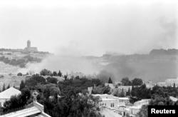 جنگ کے دوران مشرقی یروشلم سے دھواں اٹھ رہا ہے۔ (فائل فوٹو)