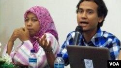 Reza Nasser (kanan) ketua Solidaritas Jurnalis Aceh meminta Kapolri menindak tegas personilnya yang diduga terlibat tindak kekerasan terhadap jurnalis Makassar dalam Aceh Nov 14, 2014 (foto: Budi Nahaba, VOA Indonesian Service), Banda Aceh 11/14/2014