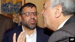 Foto de archivo de 2005 de Hassan Yousef (izquierda), uno de los fundadores del grupo Hamas, que fue arrestado por el ejército israelí.