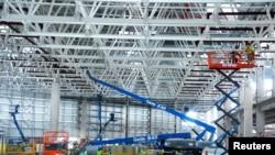 馬斯克的電動汽車特斯拉在中國上海的一個工廠廠房正在建造中。 (2019年6月9日)