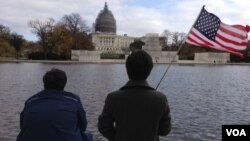 Tourists near the U.S. Capitol building in Washington D.C., Nov. 18, 2015. (J. Taboh/VOA)
