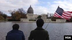 Turistas frente al capitolio de la nación, donde este viernes fue aprobado el presupuesto de la nación.