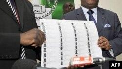 ARCHIVES - Des officiels de la Commission électorale indépendate ivoirienne présente une liste électorale provisorie