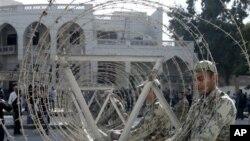 6일 시위대를 막기 위해 대통령궁 주변에 철조망을 치는 이집트 군인들.