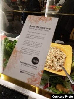 Chef Ragil hidangkan ayam Kecombrang di Washington, D.C. (Dok: VOA)