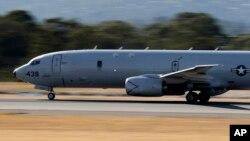 美国海军的一架P-8海神式反潜机在机场起飞(2014年4月10日)