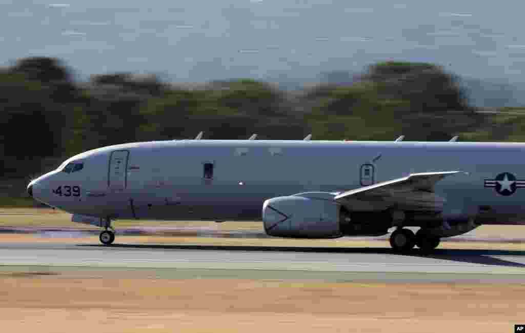 Máy bay P-8 Poseidon của hải quân Mỹ cất cánh từ sân bay Perthđể tìm kiếm máy bay Malaysia mất tích, ngày 10/4/2014.