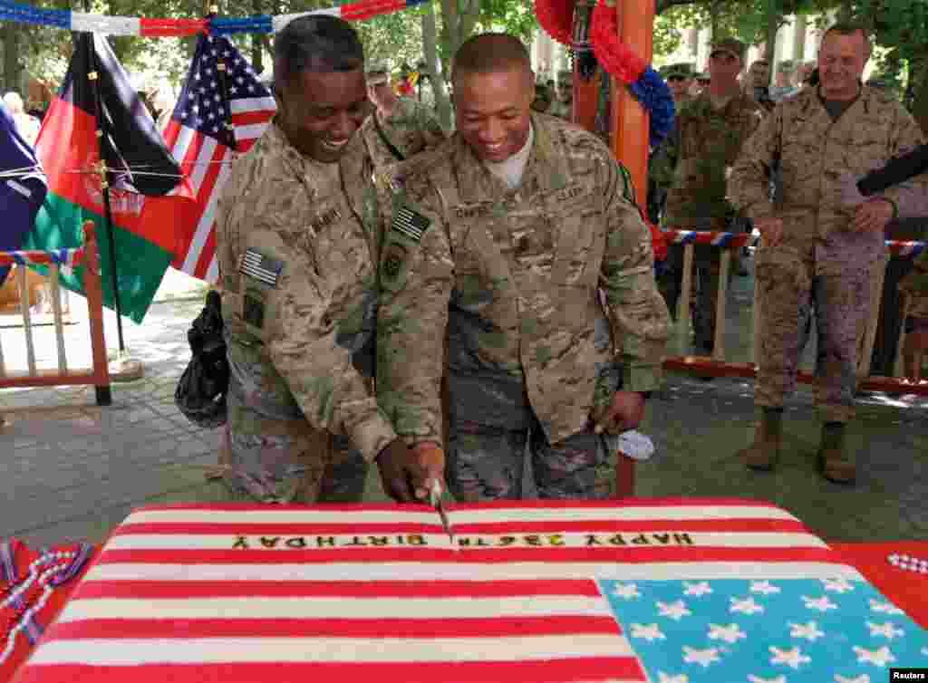 Binh sĩ Mỹ tại Kabul, Afghanistan cắt bánh mừng Lễ Độc lập, 4/7/2012.