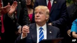 Donald Trump assina decreto presidencial