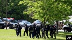 Policías fuertemente armados buscan a los dos prisioneros que escaparon de la prisión cerca de Dannemora, Nueva York.