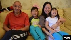 梁建忠與太太陳美寶、7歲的三兒子梁奕禮及5歲的幼女梁子悠 (美國之音湯惠芸 攝)