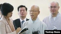 5일 북한 방문에 앞서 파주 남북출입사무소에서 기자회견 중인 한국 조계종 지홍 스님(가운데)과 관계자들.