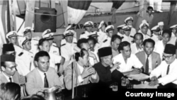 Ali Sastroamidjojo ketika mengikuti perundingan Indonesia-Belanda di atas kapal perang Renville tahun 1948 (foto: Arsip Nasional Belanda).
