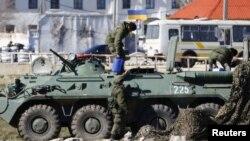Soldados rusos frente a una base naval ucraniana en la ciudad portuaria de Feodosia.