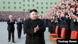 북한의 김정은 국방위원회 제1위원장이 지난 달 25일 노동당 제8차 사상일꾼대회에서 기념촬영을 하기 위해 입장하고 있다. 조선중앙통신 보도 사진.