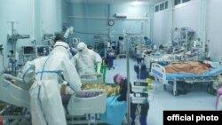 ေဝဘာဂီေဆး႐ုံႀကီး၊ ကိုဗစ္-၁၉ အထူးၾကပ္မတ္ကုသေဆာင္ (ICU) မွာ လူနာေတြကို ကုသမႈေပးေနတဲ့ ျမင္ကြင္း။ (ဓာတ္ပုံ - Ministry of Health and Sports - ႏိုဝင္ဘာ ၁၁ ၊ ၂၀၂၀)