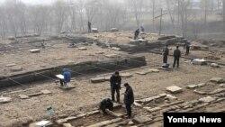 지난 2009년 북한의 개성 고려궁성 '만월대'에 대한 제3차 남북 공동발굴조사가 실시된 가운데, 남북조사원들이 공동 발굴작업을 벌이고 있다. (자료사진)