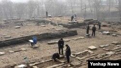 지난 2009년 북한의 개성 고려궁성 '만월대'에 대한 제3차 남북 공동발굴조사가 실시된 가운데, 남북조사원들이 공동 발굴작업을 벌이고 있다.