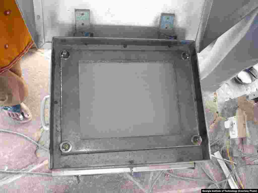 Partikel-partikel dalam saringan udara ini adalah partikulat-partikulat yang ditangkap oleh peralatan pengambilan sampel udara di kompleks Taj Mahal.