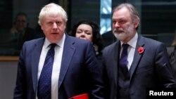 Los ministros de Exteriores de Reino Unido, Boris Johnson (izquierda) y de Austria, Sebastian Kurtz, asisten a la reunión de ministros en Bruselas.