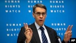 El director ejecutivo de Human Rights Watch, Kenneth Roth, habla durante una conferencia de prensa en Berlín, Alemania.