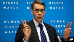 Direktur Human Rights Watch, Kenneth Roth mendesak komunitas dunia menanggapi dengan keras kekejaman massal di Suriah, Selasa (21/1).