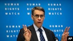 İnsan Hakları İzleme Örgütü Başkanı Kenneth Roth Berlin'de düzenlediği basın toplantısında yıllık raporu açıklarken