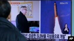 2月13日南韓電視播放北韓發射導彈新聞。
