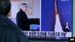 一名韩国男子在观看朝鲜发射导弹的新闻(2017年2月13日)
