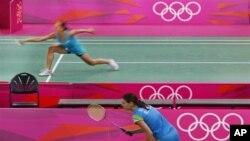 Para atlet bulutangkis berlatih untuk persiapan pertandingan dalam olimpiade
