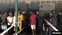 콩코민주공화국 수도 킨샤샤의 한 투표소 밖에 유권자들이 줄을 서 투표를 기다리고 있다,