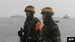 Binh sĩ Thủy quân Lục chiến Nam Triều Tiên canh gác trên đảo Yeonpyeong