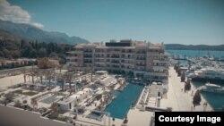 """Vlasnici apartmana u """"Regent Pool Clubu Residences"""" polažu pravo na privatne prostore u vrtovima i na bazenima. (Foto: Porto Montenegro)"""