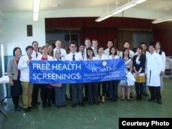Tiến sĩ Nhung cùng với các em sinh viên trường Dược UCSD nơi bà giảng dạy