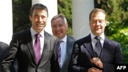 Слева направо: Андерс Фог Расмуссен, Дмитрий Рогозин (сзади) и Дмитрий Медведев. Сочи. 4 июля 2011 года