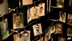 Image d'archives : Des photos de personnes tuées pendant le génocide de 1994 au Rwanda, affichées dans un lieu commémoratif à Kigali, le 5 avril 2014.