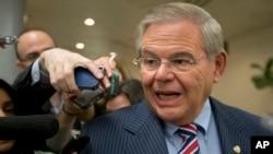 Robert Menendez Ketua Komisi Hubungan LN Senat AS memberi penjelasan kepada wartawan di Gedung Kongres AS (foto: dok).