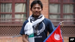 Pendaki Jepang Nobukazu Kuriki melakukan upaya kelimanya untuk menaklukkan puncak gunung Everest (foto: dok).