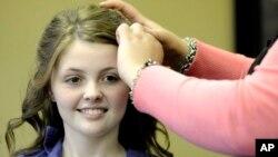 Siswi SMA Dade County Marcella Lackey ditata rambutnya sebelumnya acara pesta dansa di sekolah (foto: dok).