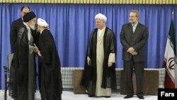 Nhà lãnh đạo tối cao Iran Ayatollah Ali Khamenei chứng thực và xác nhận chức vụ Tổng thống của ông Rouhani tại một buổi lễ chính thức được phát hình trên toàn cõi Iran