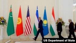 جان کری به خاطر بحث روز امنیت منطقه، میزبان وزرای خارجۀ پنج کشور آسیای میانه در واشنگتن بود.