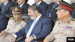 جنرل طنطاوی (بائیں) اور صدر مرسی (درمیان میں)