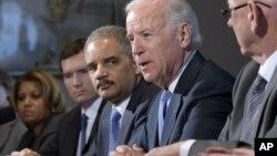 El vicepresidente Joe Biden es acompañado por el Fiscal General, Eric Holder, durante una reunión con grupos de víctimas y defensores del control de armas.