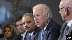 9일 미국 백악관 부속 행정건물에서 총기 규제 관련 회의를 주관하는 조 바이든 부통령(오른쪽에서 2번째).