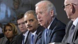 Potpredsednik Džo Bajden, sekretar za pravosuđe Erik Holder na sastanku sa predstavnicima grupa koje zastupaju žrtve nasilja i organizacija koje se zalažu za kontrolu nošenja oružja