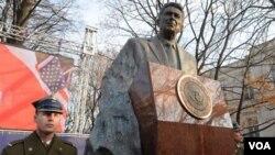 En una ceremonia que tuvo lugar en la capital polaca, Lech Walesa dijo que su país no hubiese sido libre sin Ronald Reagan.